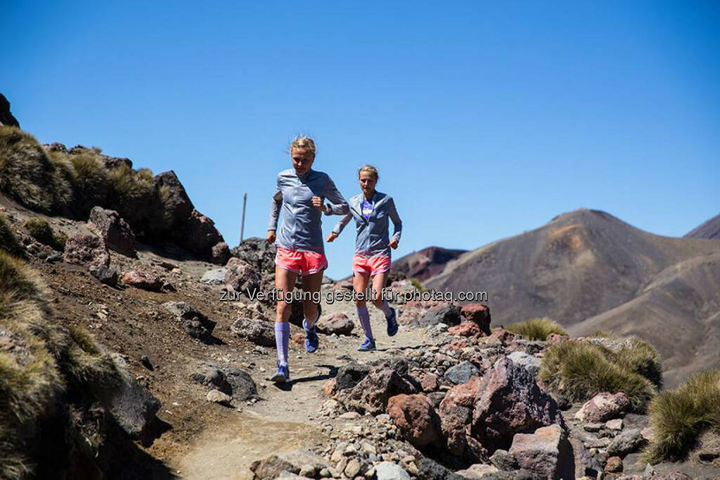 Lisa und Anna Hahner,Tongariro Alpine Crossing, NZ, bergab, trail, steinig, &copy; <a href=