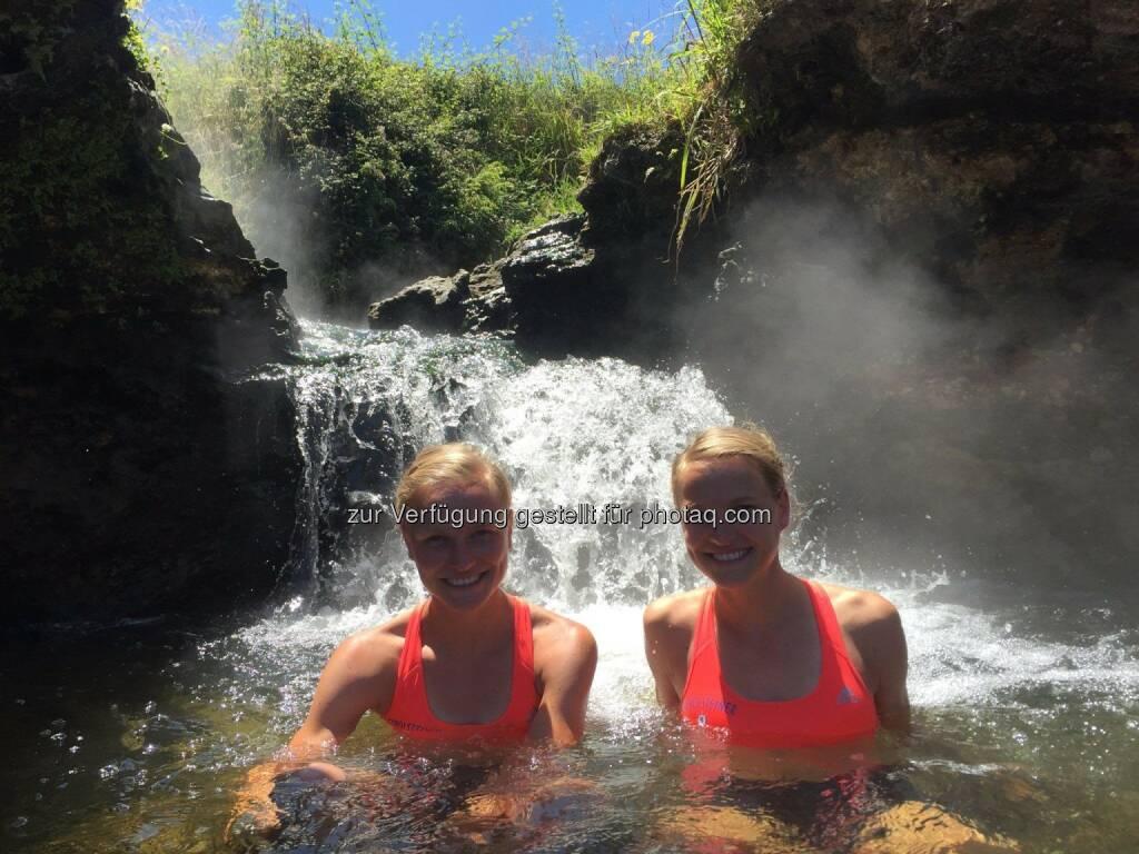 Lisa und Anna Hahner im Wasser, Abkühlung, &copy; <a href=