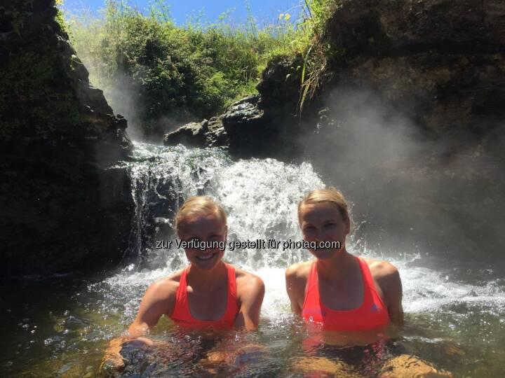 Lisa und Anna Hahner im Wasser, Abkühlung