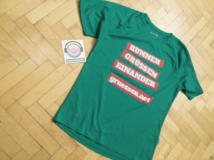 Die Shirts von http://www.gruessen.net gibt es ab sofort in L, M und S zu 19,90 im WeMove Runningstore Wien Mitte, The Mall Landstraßer Hauptstraße, 1030  Wien (Ebene 2, direkt neben Media Markt). Dazu erhält jede ( r )  ein Runplugged Tattoo