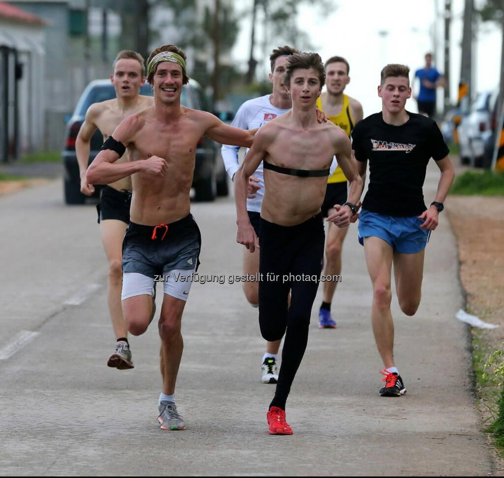 die Gruppe mit 3:07 - 3:12/km mit Hamza Martin Mistelbauer, Timon Theuer, Luca Sinn u.a. (C) Wilhelm Lilge, © Wilhelm Lilge (05.01.2016)