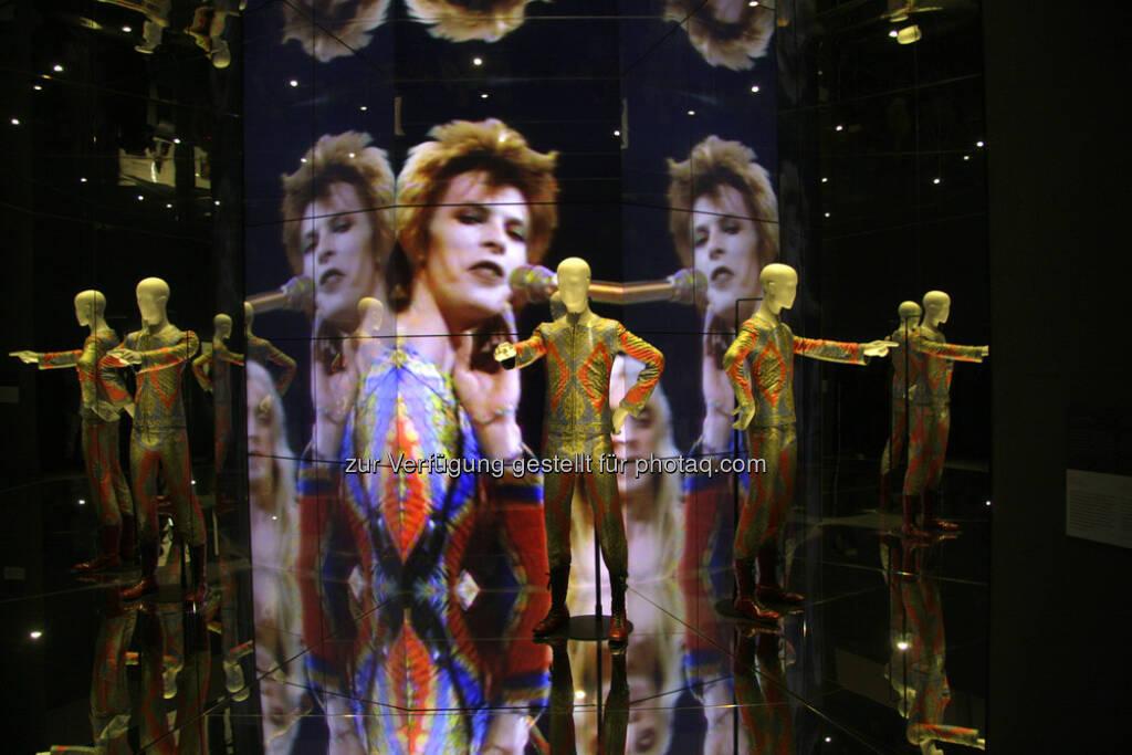 David Bowie (* 8. Januar 1947 in Brixton, London; † 10. Januar 2016 in New York City), bürgerlich David Robert Jones, war ein britischer Musiker, Sänger, Produzent, Schauspieler und Maler : Bowie, der mehr als 140 Millionen Tonträger verkauft hat, gilt als einer der einflussreichsten Musiker der jüngeren Musikgeschichte : Fotocredit: 360b / Shutterstock.com (11.01.2016)