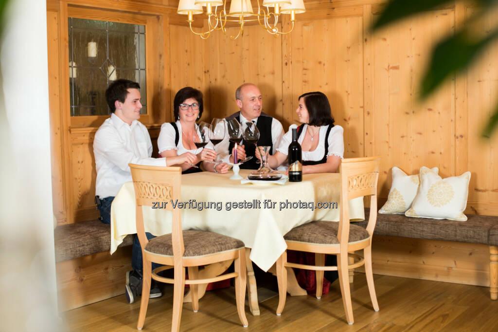 Familie Klausner aus Hintertux im Zillertal : Das Vier-Stern-Hotel Klausnerhof wurde mit dem HolidayCheck Award 2016 ausgezeichnet und hat die begehrte Auszeichnung zum dritten Mal erhalten : Fotocredit: Philipp Benedikt, © Aussendung (13.01.2016)