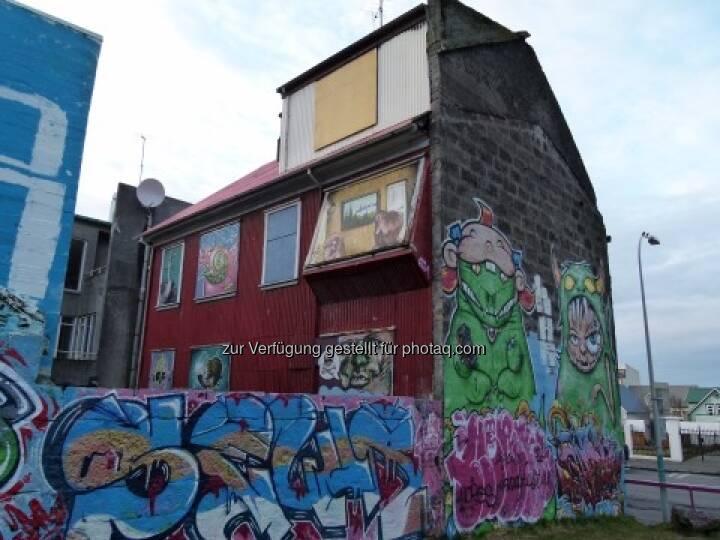 Tim Schäfer: Das Haus auf dem Foto habe ich heute in Reykjavík, in der Hauptstadt Islands, entdeckt. Dort tobte eine Immobilienkrise mitsamt einem Finanzchaos. Das Haus kam mir wie ein Sinnbild für die Immobilienblase vor, siehe http://www.christian-drastil.com/2013/04/03/ein-sinnbild-fur-die-immobilienblase-tim-schaefer/