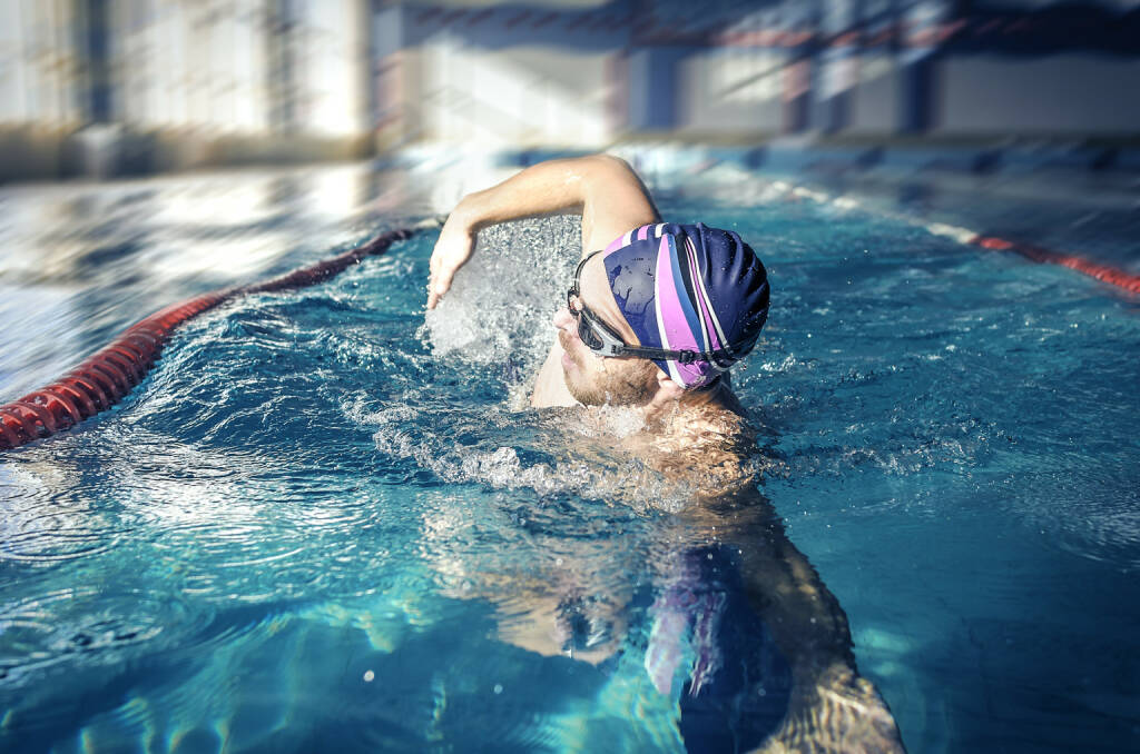 Schwimmen, Kraulen http://www.shutterstock.com/de/pic-247909321/stock-photo-professional-swimmer-crawl-freestyle-in-a-swimming-pool.html, © www.shutterstock.com (16.01.2016)