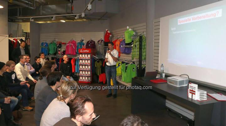Wilhelm Lilge (team 2012.at) beim Vortrag Spezielles Training für Halbmarathon & Marathon im We Move Runningstore