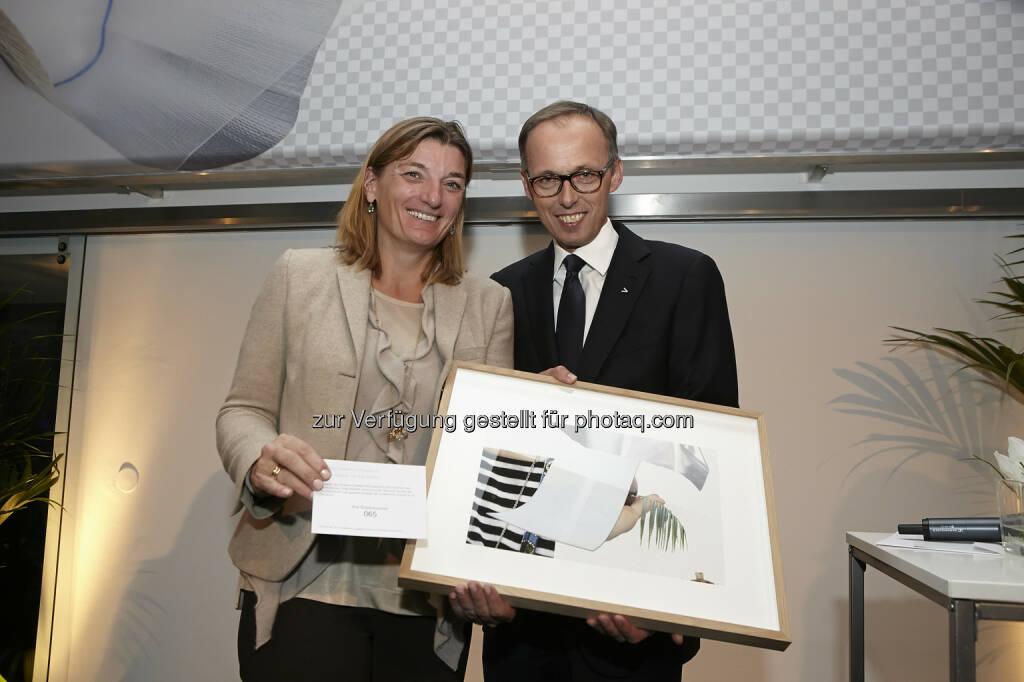 Microsoft Österreich-Chefin Dorothee Ritz gewann eine handsignierte Originallithografie von Eva Chytilek, mit Accenture-Österreich Chef Klaus Malle, © Fotocredit: K.Rossboth/APA/Accenture (22.01.2016)