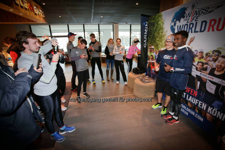Florian Neuschwander and  Lemawork Ketema with participants at the Wings for Life World Run event in Munich 23rd of January 2016 (Bild: Daniel Grund)
