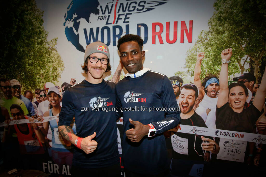 Florian Neuschwander and  Lemawork Ketema with participants at the Wings for Life World Run event in Munich 23rd of January 2016 (Bild: Daniel Grund) (24.01.2016)