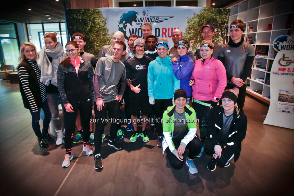 Florian Neuschwander and  Lemawork Ketema ( middle) with participants at the Wings for Life World Run event in Munich 23rd of January 2016 (Bild: Daniel Grund) (24.01.2016)