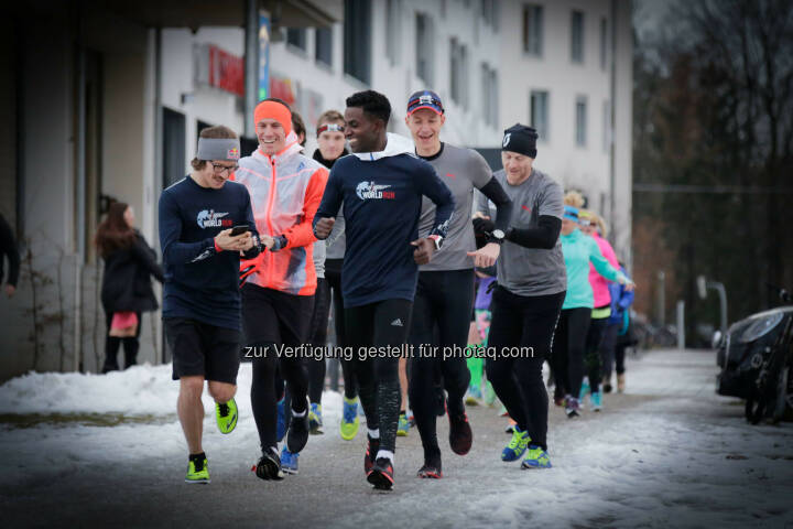 Florian Neuschwander ( left ) and  Lemawork Ketema ( right ) with participants at the Wings for Life World Run event in Munich 23rd of January 2016 (Bild: Daniel Grund)
