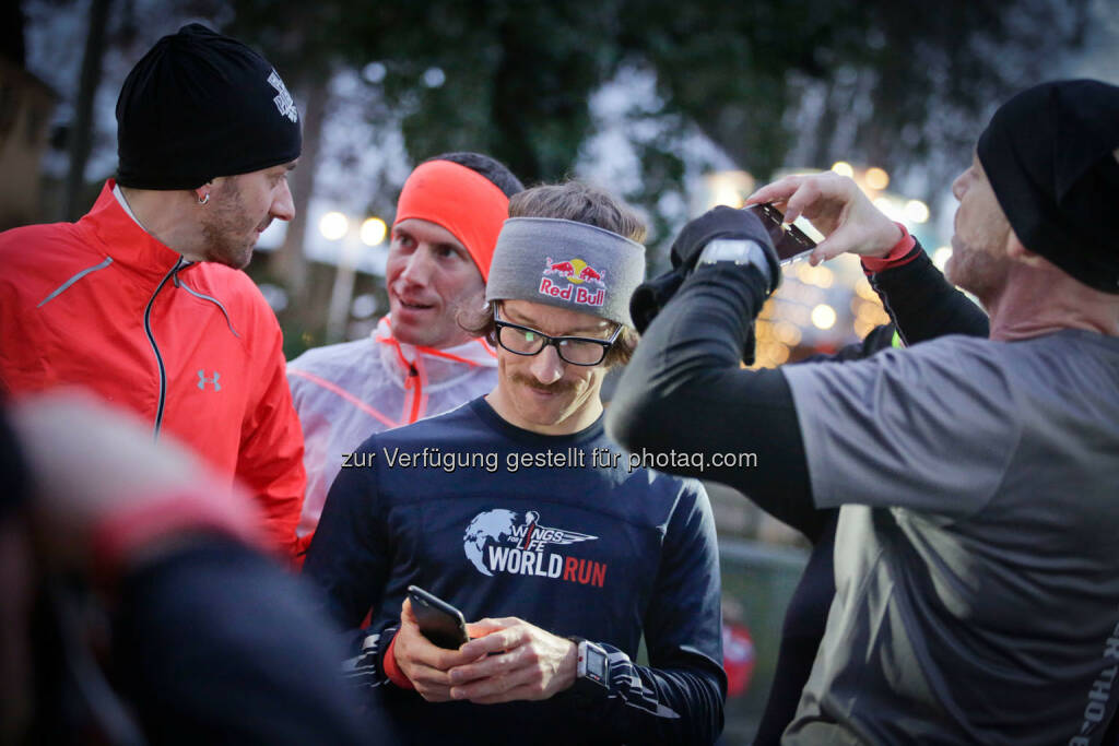 Florian Neuschwander  with participants at the Wings for Life World Run event in Munich 23rd of January 2016 (Bild: Daniel Grund) (24.01.2016)