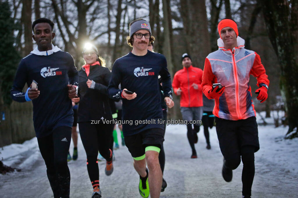 Florian Neuschwander ( middle ) and  Lemawork Ketema ( left ) with participants at the Wings for Life World Run event in Munich 23rd of January 2016 (Bild: Daniel Grund) (24.01.2016)