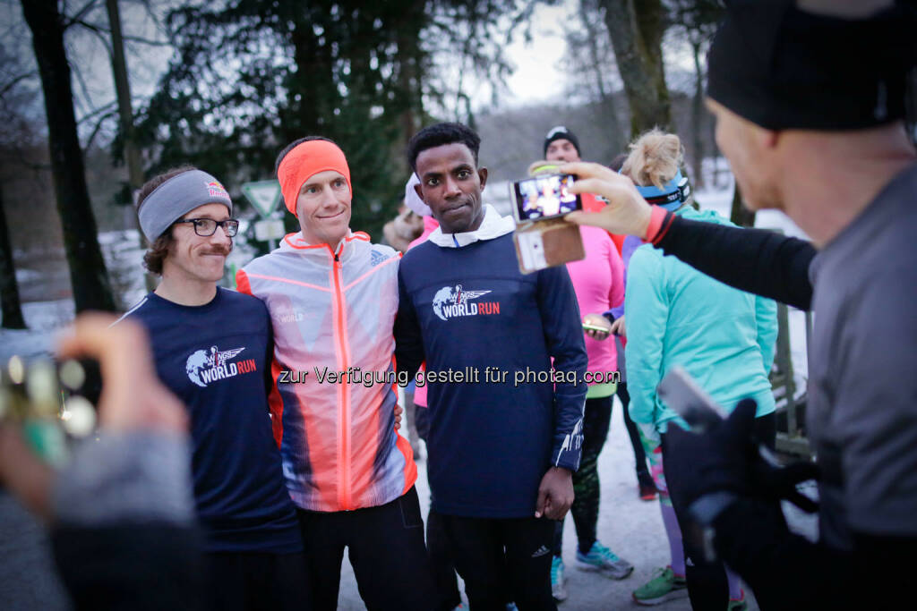 Florian Neuschwander ( left ) and  Lemawork Ketema ( right ), Werner Schrittwieser (middle) with participants at the Wings for Life World Run event in Munich 23rd of January 2016 (Bild: Daniel Grund) (24.01.2016)