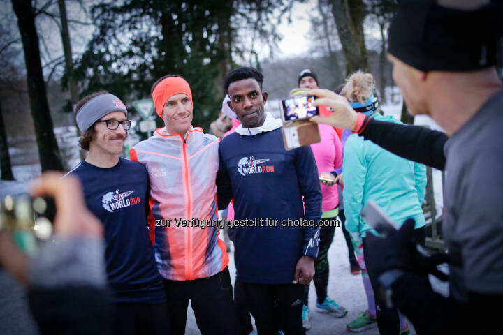 Florian Neuschwander ( left ) and  Lemawork Ketema ( right ), Werner Schrittwieser (middle) with participants at the Wings for Life World Run event in Munich 23rd of January 2016 (Bild: Daniel Grund)