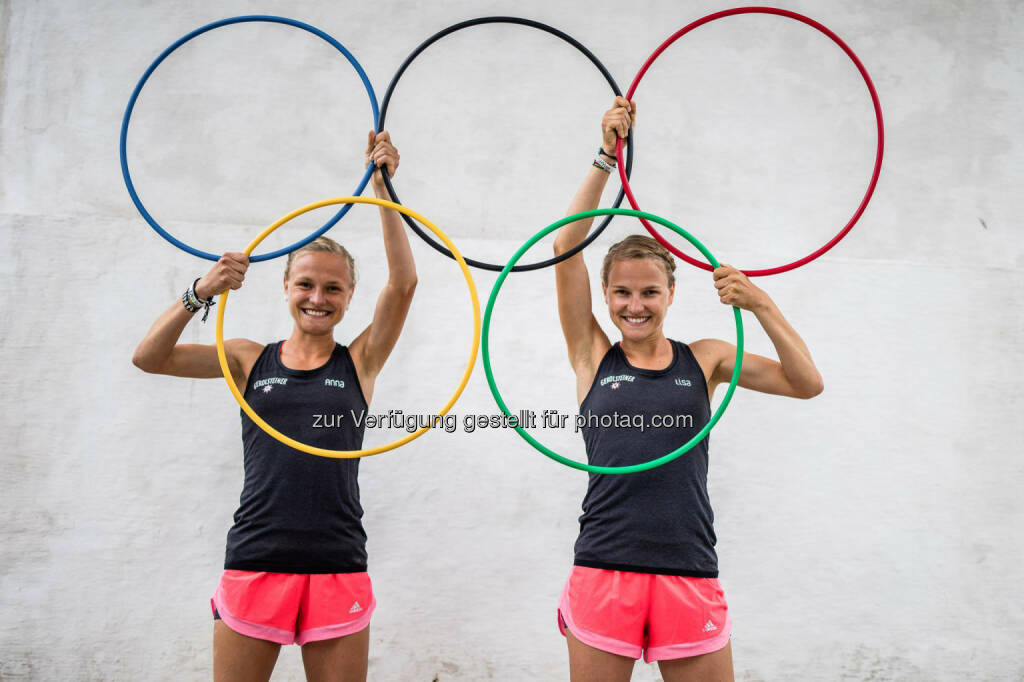 Anna und Lisa Hahner mit den Olympischen Ringen, &copy; <a href=