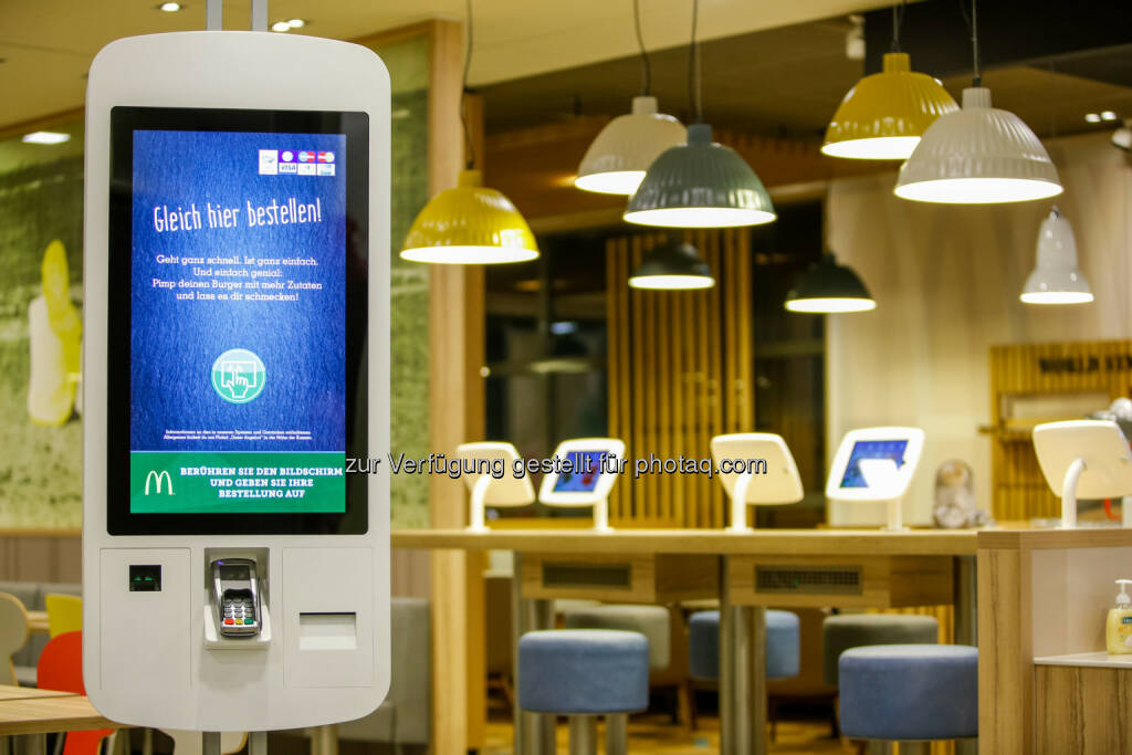 Kiosk-Selbstbedienungsterminal, McDonald's : McDonald's Österreich mit 576 Millionen Euro Umsatz im Jahr 2015 : Systemgastronomie-Marktführer bringt Burger zum Selberbauen : Fotocredit: McDonald's Österreich, © Aussender (28.01.2016)