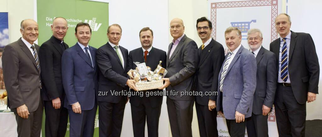 """Franz-Stephan Hautzinger (Bgld. LWK-Präs.), Toni Faber (Dompfarrer), Nikolaus Berlakovich (Abg.z.NR), Kurt Weinberger (Vorstandsvors. Österr. Hagelversicherung), Johann Penz (NÖ Landtagspräsident), Frank Hensel (Vorstandsvors. REWE International AG), Martin Gerzabek (Rektor BOKU), Franz Eßl (LK Sbg. Präs.), August Astl (LKÖ Generalsekr.), Reinhard Mang (BMLFUW Generalsekr.) : Frank Hensel beim 2. Nachhaltigkeitsfrühstück der Österreichischen Hagelversicherung: """"Nachhaltigkeit ist gemeinsame Aufgabe"""" : Fotocredit: Klimpt, © Aussender (28.01.2016)"""
