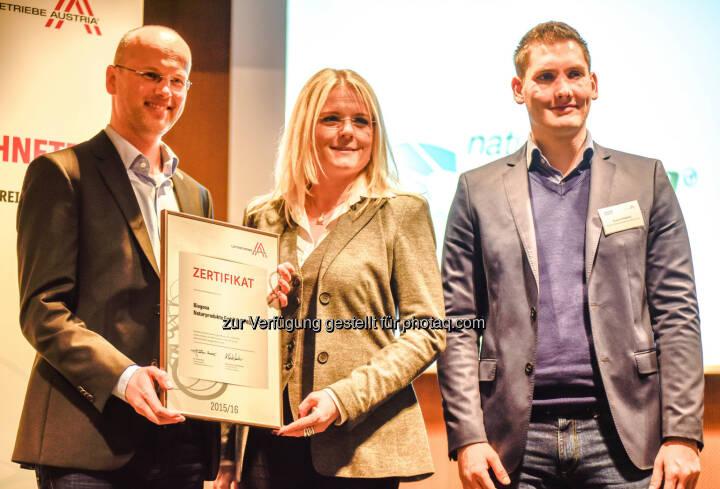 Roman Huber (GF Biogena), Monica Rintersbacher (Leitbetriebe Austria), Bruno Petrovic (GF Biogena) : Biogena ausgezeichnet : Für seine werteorientierte Unternehmensführung wurde Biogena das Leitbetriebe Austria Zertifikat überreicht : Fotocredit: Biogena/Weingartner