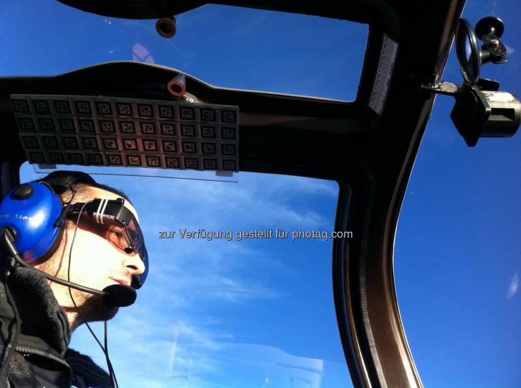 Oliver Bimber (Vorst. Institut Computergrafik JKU), Testflug mit der Aero Glass Brille : Gemeinsam mit der Firma Aero Glass hat Bimber mit seinem Team eine Datenbrille entwickelt, die alle für den Flug relevanten Daten analysiert und in 3D direkt in den Luftraum projiziert : Fotocredit: JKU, © Aussendung (29.01.2016)