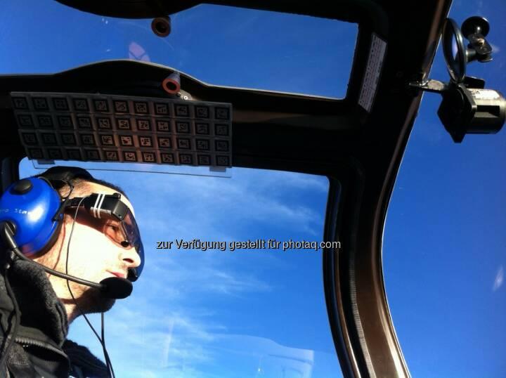 Oliver Bimber (Vorst. Institut Computergrafik JKU), Testflug mit der Aero Glass Brille : Gemeinsam mit der Firma Aero Glass hat Bimber mit seinem Team eine Datenbrille entwickelt, die alle für den Flug relevanten Daten analysiert und in 3D direkt in den Luftraum projiziert : Fotocredit: JKU