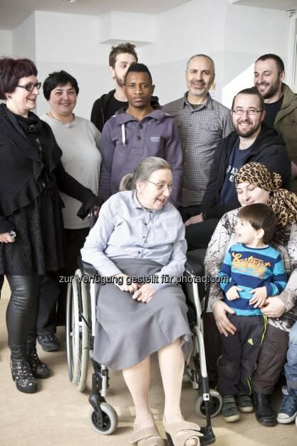 Ute Bock mit ihren Klienten : Offener Brief von Ute Bock an Politiker zu Obergrenzen : Fotocredit: Tina Herzl, © Aussender (01.02.2016)