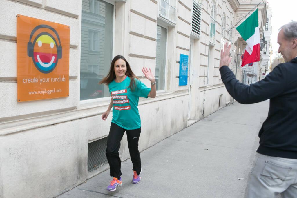 Runner grüssen einander: Carola Bendl-Tschiedel im Shirt von http://www.gruessen.net (02.02.2016)