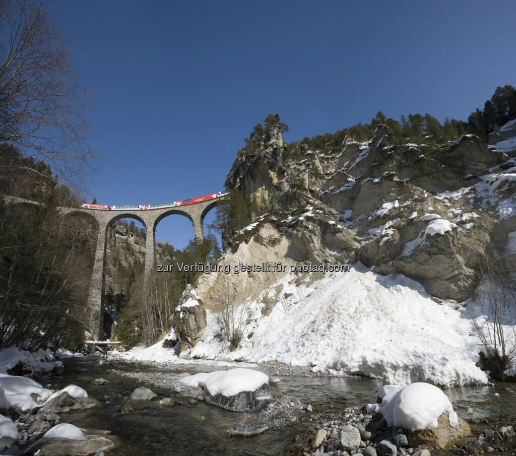 Glacier Express auf dem Landwasserviadukt : Auf dem abwechslungsreichen Abschnitt zwischen Chur und Brig entführt der Glacier Express seine Gäste in die verschneiten Gebirgslandschaften entlang des Alpenhauptkammes : Fotocredit: Rhätische Bahn/Badrutt, © Aussender (09.02.2016)