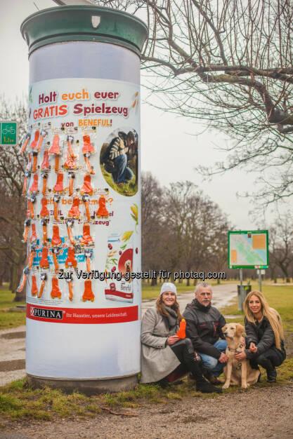 Maggie Entenfellner (Tierschutzexpertin), Karl Weissenbacher (Messerli Forschungsinstitut, VetMedUni Wien), Yvonne Rueff mit Mia : Mit 10 Litfaßsäulen der besonderen Art, umfunktioniert zu Spiele-Stationen für Hund und Halter, beschenkt Beneful ab sofort wienweit Zwei- und Vierbeiner mit 1.000 gratis Hundespielzeugen zum selbst Pflücken : Fotocredit: PetCare Austria/ Philipp Lipiarski & Doron Nadav, © Aussender (15.02.2016)