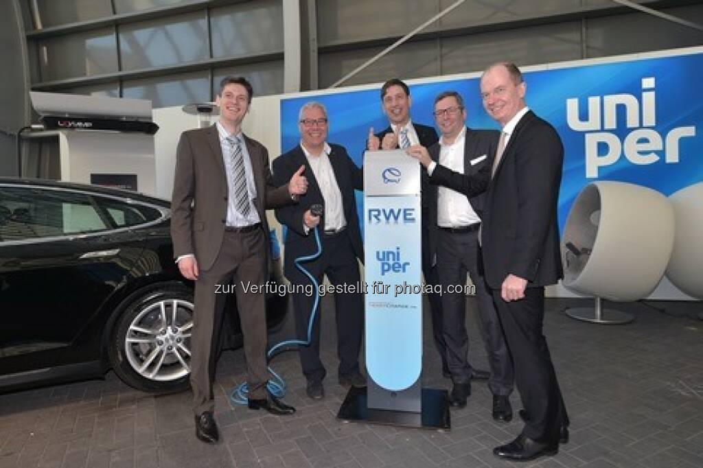 Artur Sychov (CEO Easycharge.me), Dirk Sasson (Stadtwerke Neumünster), Norbert Verweyen (GF RWE Effizienz), Ulrich Danco (Leiter Großkundenvertrieb Uniper), Dietrich Gemmel (GF RWE Effizienz) : RWE Effizienz und Uniper beabsichtigen Zusammenarbeit bei der Elektromobilität : Fotocredit: RWE Effizienz, © Aussendung (16.02.2016)