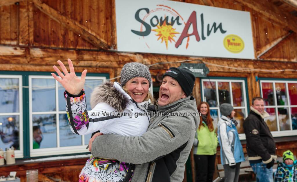 Renate Götschl (Team Steiermark), Armin Assinger (Team Kärnten) : Promi-Duell ORF Steiermark : ORF Kärnten auf der Sonnalm : Sieg an Kärnten : Fotocredit: Seehotel Jägerwirt/APA-Fotoservice/Jürgen Feichter, © Aussendung (16.02.2016)