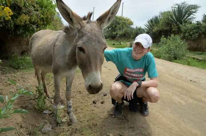 Esel und Runner grüssen einander - Sandrina Illes im Shirt von http://www.gruessen.net