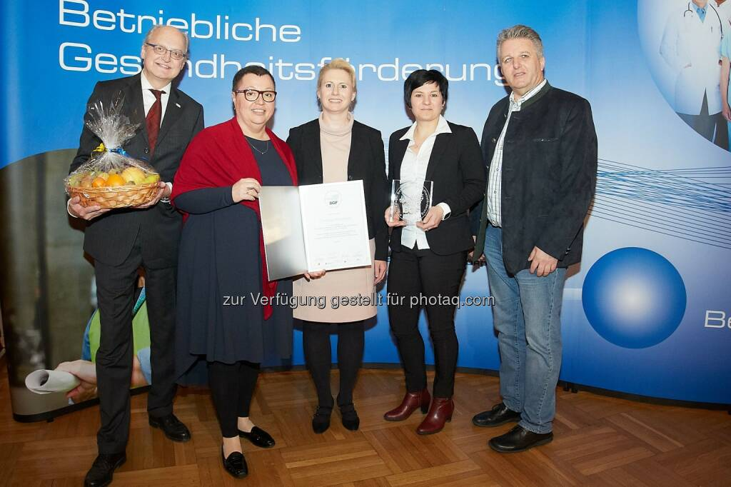 Jan Pazourek (Generaldirektor NÖ GKK), Sabine Oberhauser (Bundesministerin), Julia Birner-Schuschu, Petra Labenbacher (beide FA Teich), Gerhard Hutter (Obmann NÖ GKK) : NÖ GKK und Ministerin Oberhauser verliehen Gütesiegel für gesunde Betriebe : Fotocredit: NÖGKK/APA-Fotoservice/Preiss, © Aussendung (19.02.2016)