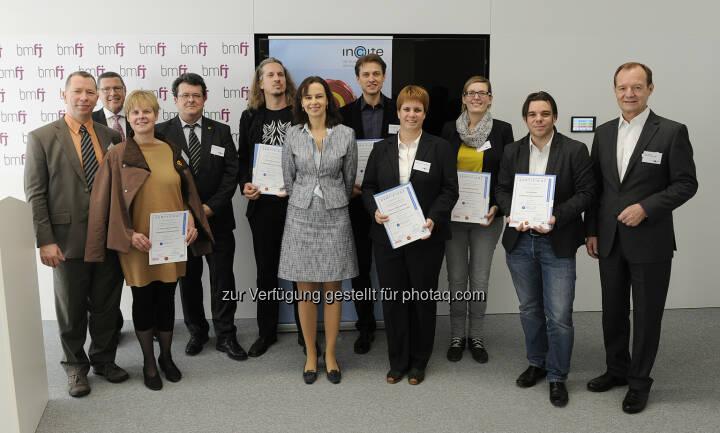 Sophie Karmasin, Absolventen des Lehrganges WebAccessibility - Barrierefreies Webdesign : Familienministerin Karmasin ehrt österreichweit erste Experten für barrierefreies Webdesign : Fotocredit: Aigner/BMFJ