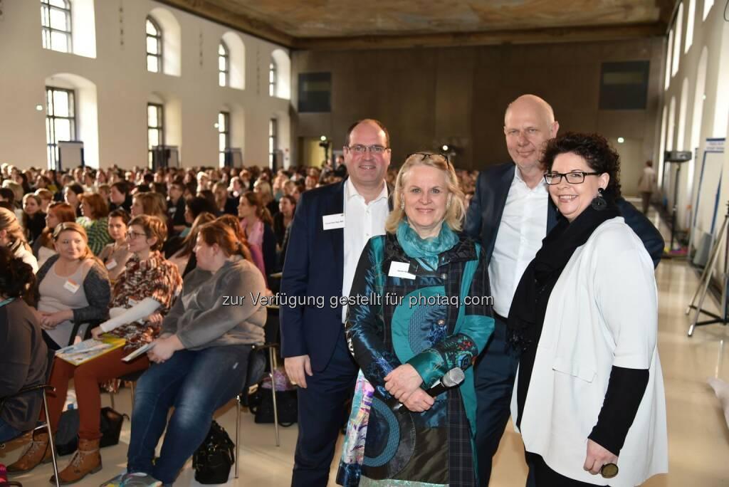 """Thomas-Peter Siegl (wirtschaftlicher GF bei KIWI), Monika Riha (pädagogische GF bei KIWI), Matthias Horx (Referent der Fachtagung), Christine Marek (Vorstandsvors. KIWI) : Fachtagung des privaten Kindergartenträgers """"Kinder in Wien"""" (KIWI) unter dem Motto """"Zauber der Veränderung – Stabilität im Wandel"""" : Fotocredit: KIWI-Kinder in Wien/Tschank, © Aussender (27.02.2016)"""