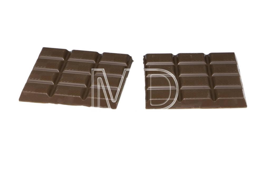Schokoladetafel, in die Hälfte geteilt, © Martina Draper (06.04.2013)