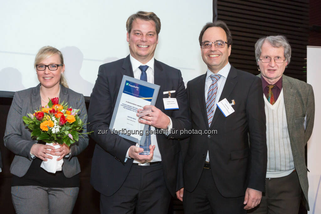 Corinna Schäfer (Management Circle AG), Martin Linauer (Kapsch TrafficCom AG), Hubert Rothe (Deutsches Patent- und Markenamt), Helmut Appel (Fraunhofer Institut für Arbeitswirtschaft und Organisation, IAO) : Kapsch TrafficCom gewinnt als erstes österreichisches Unternehmen den IP-Management-Award : Fotocredit: Management Circle/Schulz, © Aussendung (03.03.2016)