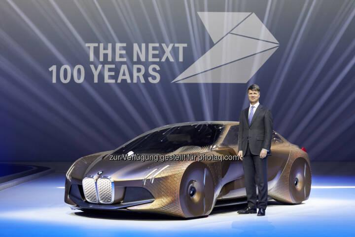 """Harald Krüger (Vorsitzender des Vorstands der BMW AG), BMW Vision Next 100 : Unter dem Motto """"The Next 100 Years"""" begeht die BMW Group im Jahr 2016 ihr Unternehmensjubiläum : """"Die ständige Suche nach einer besseren Lösung liegt in unseren Genen"""", sagte der Vorsitzende des Vorstands der BMW AG, Harald Krüger, zum Auftakt der Feierlichkeiten am Montag in München : © BMW Group"""