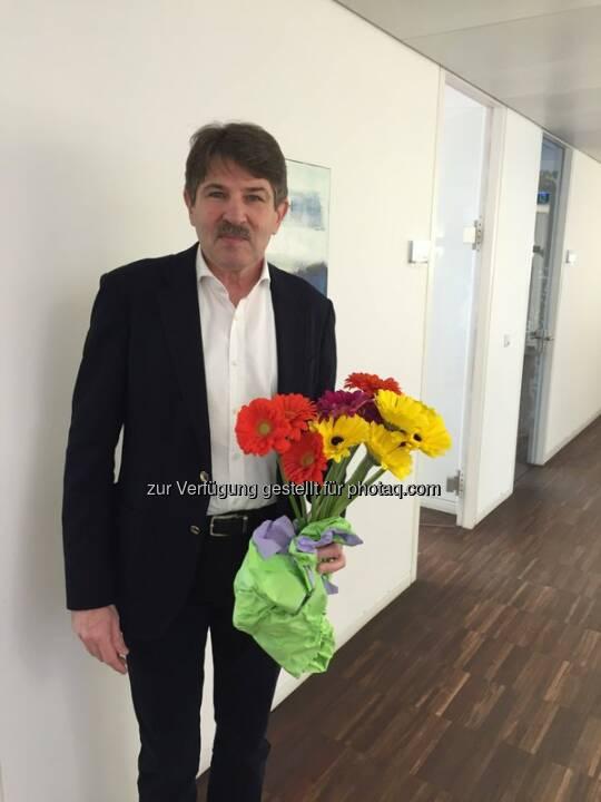S Immo Vorstand Ernst Vejdovszky verteilt Blumen zum #Weltfrauentag http://twitter.com/simmoag/status/707130434602274816/photo/1  Source: http://facebook.com/simmoag