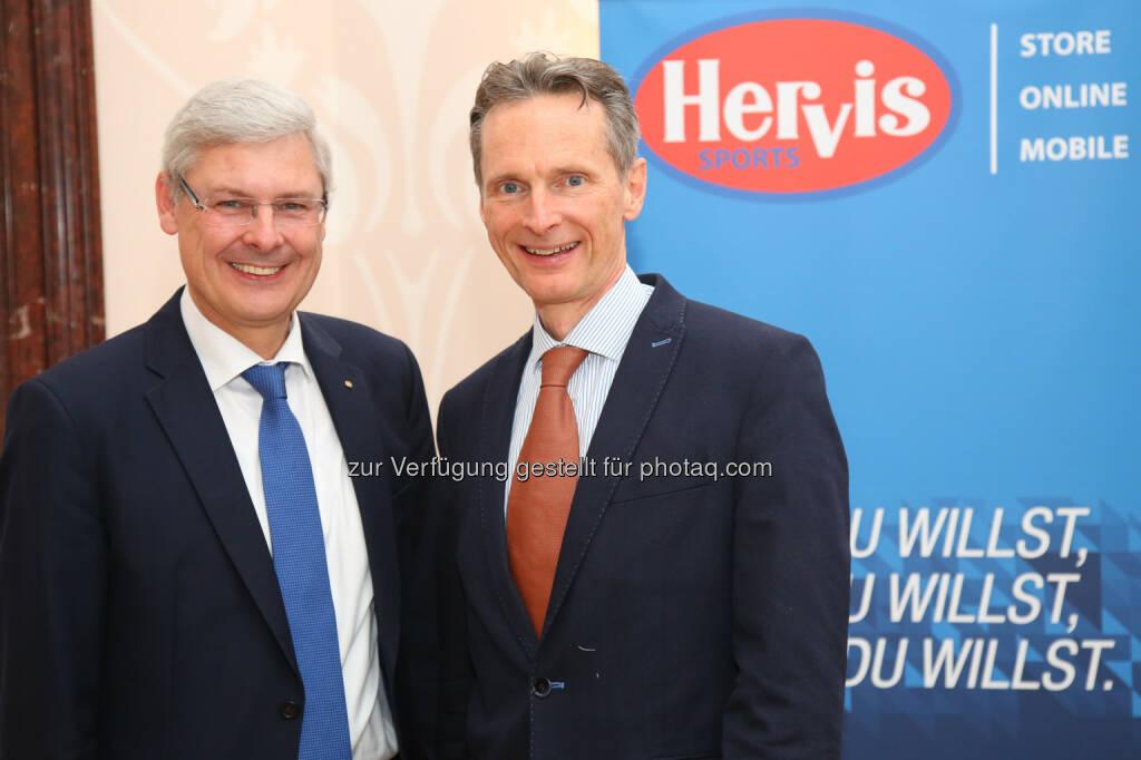 Hans K. Reisch (Vorstand Spar), Alfred Eichblatt (GF Hervis) : Sportartikelhändler Hervis meldet erfolgreiches Jahr 2015 : Fotocredit: Hervis/APA-Fotoservice/Schedl, © Aussender (08.03.2016)