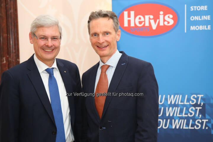 Hans K. Reisch (Vorstand Spar), Alfred Eichblatt (GF Hervis) : Sportartikelhändler Hervis meldet erfolgreiches Jahr 2015 : Fotocredit: Hervis/APA-Fotoservice/Schedl