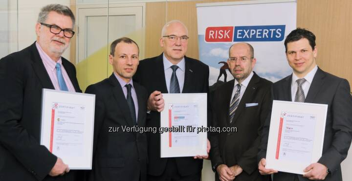 Gerhart Ebner (GF Risk Experts), Stefan Wallner (GF TÜV Austria),  Michael Buser (GF Risk Experts), Gerhard Eichinger (Auditor), Gerald Netal (Risk Experts) : TÜV Austria zertifizierte Qualitätsmanagement von Risk Experts nach neuer ISO 9001 : Fotocredit: Weinkirn