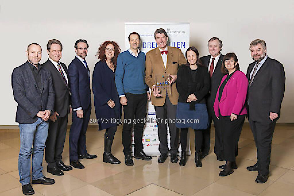 Oliver Sterl (Rüdiger Lainer+Partner Architekten ZT), Manfred Völker (Siemens Gebäudemanagement & -Services), Stephan Heid (Heid Schiefer Rechtsanwälte), Simone Rack (4dimensions), Wolfgang Kradischnig (Delta), Christoph M. Achammer (TU Wien, ATP architekten ingenieure /Juryvorsitz), Sarah Richter (Plattform innovative Gebäude), Karl Weidlinger (Swietelsky), Claudia Hübsch (WKÖ, Abteilung für Umwelt- und Energiepolitik), Karl Friedl (M.O.O.CON) : Lebenszyklus Award 2016 : Die Jurymitglieder bewerten erstmals Bauprojekte nach ihrer Organisations-, Kultur- und Prozessqualität : Fotocredit: IG Lebenszyklus Bau/Leo Hagen, © Aussendung (09.03.2016)