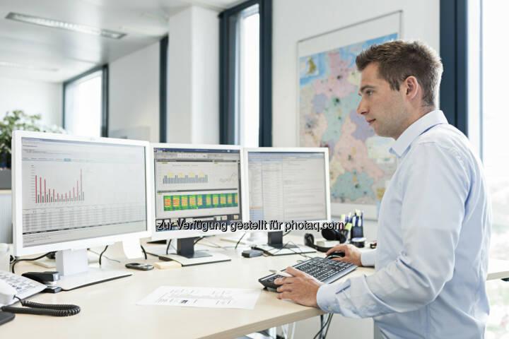 Navigator powered by Sinalytics : Die mit Hilfe des Navigator powered by Sinalytics erhobenen Gebäudedaten werden von Energieingenieuren verdichtet und zu aussagekräftigen Berichten über Energieverbrauch, Kosten und Emissionen verarbeitet : (c) Siemens AG