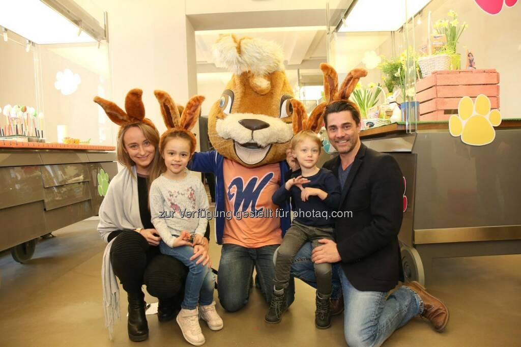 Sina Schmid mit Andi Seidl und Kindern, © ©DIVISION4-Katharina-Schiffl (12.03.2016)