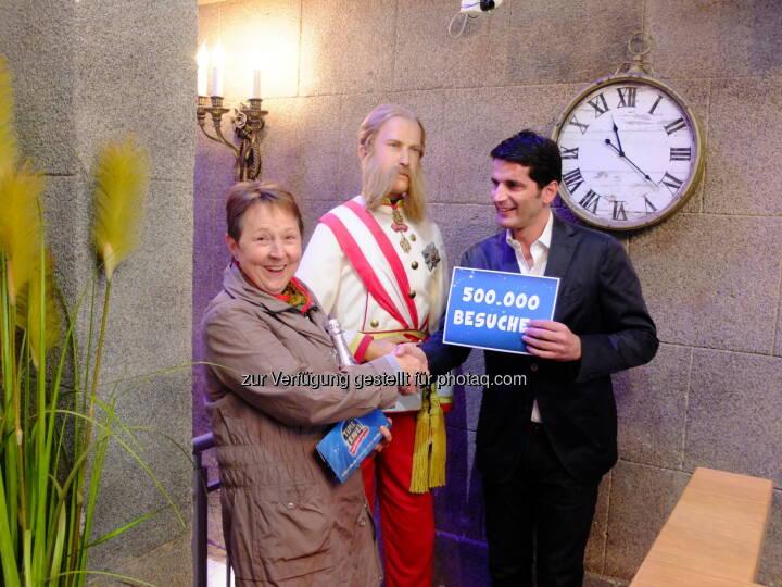Gabriele Freiberger (Jubiläumsgast), Paul Rankine (Time Travel Initiator) : Time Travel Vienna begrüßt den 500.000sten Besucher : Fotocredit: Time Travel in Vienna Betriebs GmbH/APA-Fotoservice/Mayer