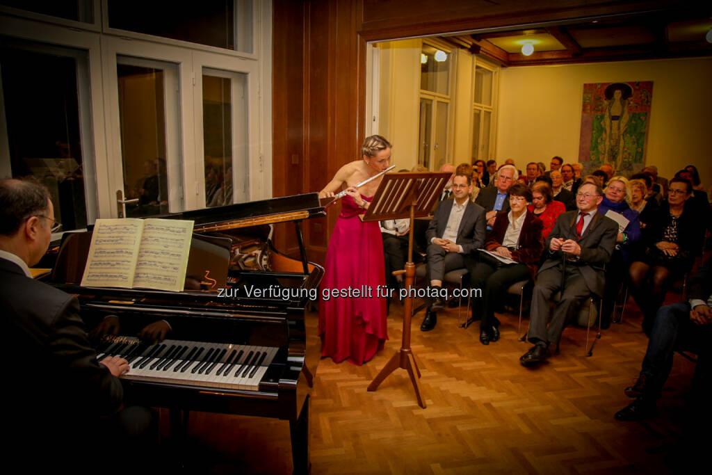 """IVA-Benefizkonzert: Rechtsanwalt Friedrich Jergitsch (Klavier) und WU-Professorin Anne d'Arcy (Flöte) begeisterten in der """"Klimt-Villa"""" © IVA, © Aussender (21.03.2016)"""