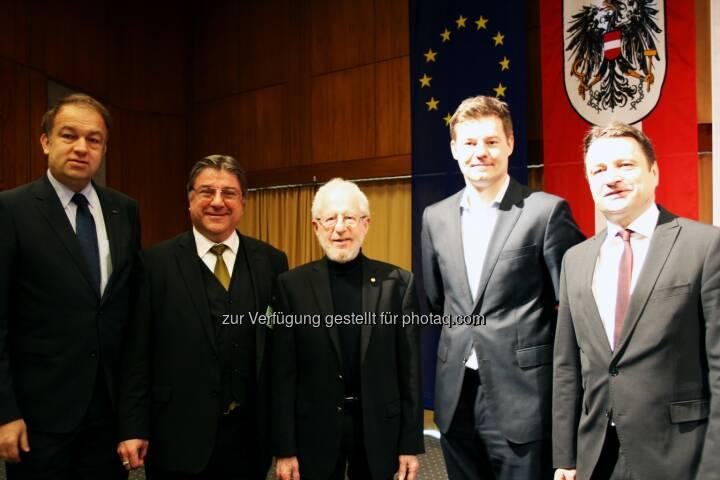 Meinhard Lukas (JKU-Rektor), Niyazi Serdar Sarıçiftçi, Alan Heeger, Christian Forsterleitner (VzBgm.), Klaus Fürlinger (Bundesrat) : Aus Anlass des 80. Geburtstages des US-amerikanischen Chemikers und Physikers Alan J. Heeger veranstaltete die Johannes Kepler Universität Linz am 21. März 2016 ein internationales Symposium, an dem der Nobelpreisträger selbst teilnahm und auch einen Vortrag hielt : Fotocredit: JKU