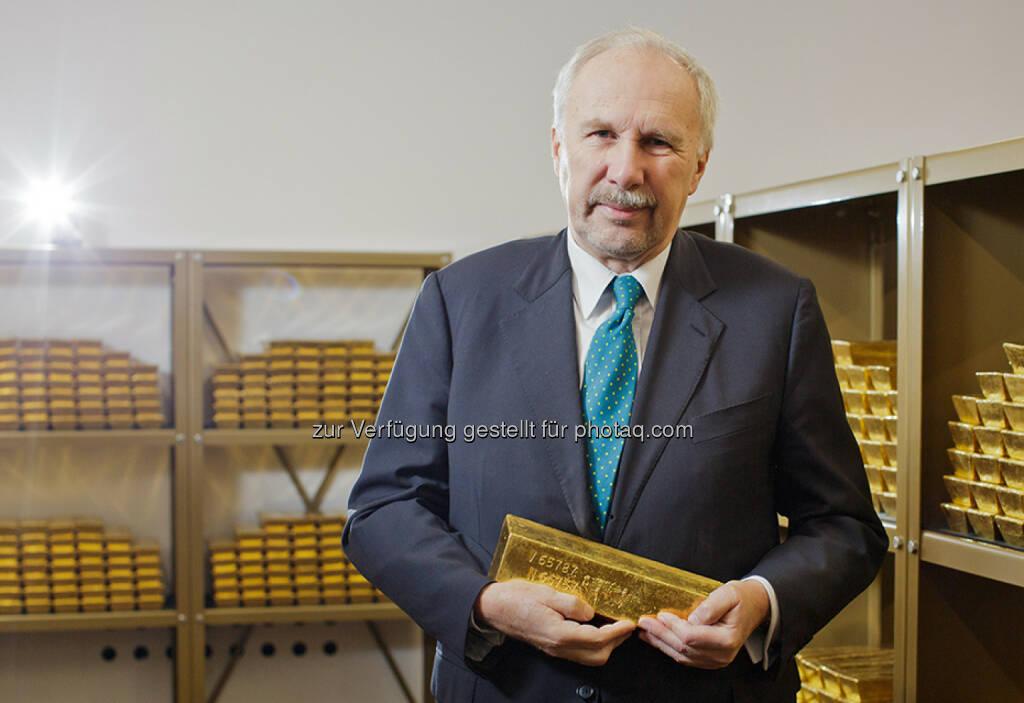 Gouverneur Ewald Nowotny, Goldbarren, Tresor  (Bild: OeNB/Niesner) (24.03.2016)