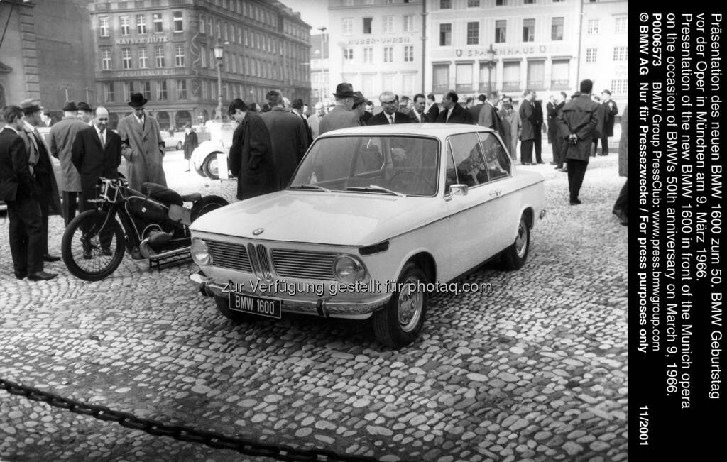 Präsentation des neuen BMW 1600 zum 50. BMW Geburtstag vor der Oper in München am 9. März 1966 : Zeitreisen und Jubiläen: Die BMW Group Classic auf der Techno Classica 2016 : ©BMW Group, © Aussendung (24.03.2016)